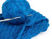 Blue yarn ball and crochet hook — Stock fotografie