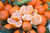 Mandarinas frescas en un mercado — Foto de Stock