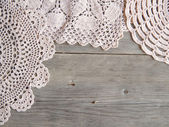 Gehäkelte Deckchen über Altholz grau — Stockfoto