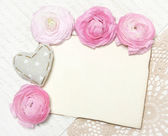 Ranunculus λουλούδια, φόντο του χαρτιού και καρδιά — Φωτογραφία Αρχείου