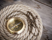 Antique compass and rope — Stock Photo