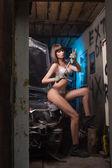 сексуальная девушка в белье ремонт автомобилей — Стоковое фото