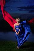 青いドレスで美しい少女 — ストック写真