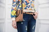Flicka som håller en väska. närbild — Stockfoto