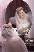 Fille tente sur une robe de mariée — Photo