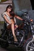 Hermosa chica está sentado en una motocicleta — Foto de Stock