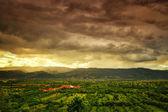 暴风雨,绿色的小山的景色 — 图库照片