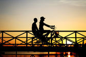 Silhouette of couple biker on Bridge — Stock fotografie