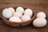 Korg av anka ägg i trä — Stockfoto