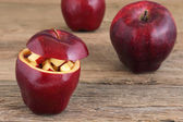 Red apple on wooden table — Stockfoto