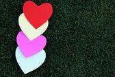 разноцветные карточки на день святого валентина на зеленой траве — Стоковое фото