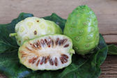 Morinda citrifolia lub noni na zielony liść — Zdjęcie stockowe