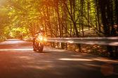Biker in der Abenddämmerung — Stockfoto