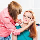 Applying eyeliner — Stock Photo