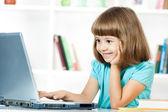使用便携式计算机的小女孩 — 图库照片
