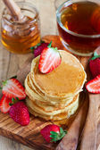 Pancakes with strawberry and honey — Stock Photo