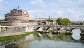 Castel Sant Angelo and the bridge ponte Sant Angelo. Rom — Stock Photo
