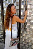 Atraktivní žena otevření kovové dveře — Stock fotografie