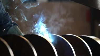 Welder welding a steel spiral — Stock Video