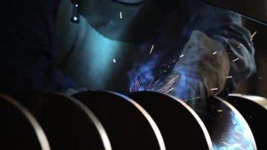 Welder welding a steel spiral — Stock Video