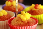 Vanilla cupcakes with lemon frosting on a cake stand — 图库照片
