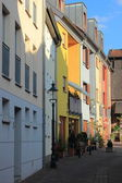 Small alley in historic town with colorful house fronts — Foto de Stock