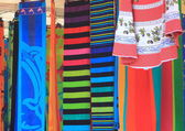Towel shop at summer market in Italy — Stockfoto