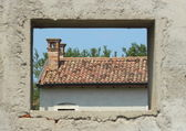 Window framing a abandon farm house — 图库照片