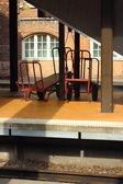 在中央火车站的两个空的行李汽车。 — 图库照片
