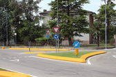 Roundabout with yellow curb and green grass in summer — Foto Stock