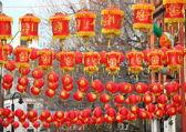 Lámparas de papel chino colgando sobre la calle de la ciudad — Foto de Stock