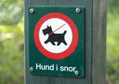 Sign in forest prohibits dogs without leash — ストック写真