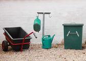 Green and black gardening tools at graveyard — Stockfoto