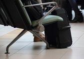 Resa loungen på flygplatsen med svart resväska — Stockfoto