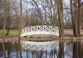 White bridge at small pond in park — Foto de Stock