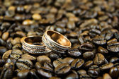 Wedding rings on coffee beans — Stockfoto