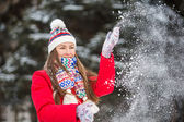 Young woman having fun in winter park — Photo