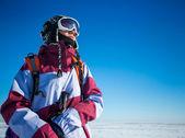 Glada vandrare, traveler utomhus på vintern — Stockfoto