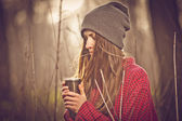 Beautiful hipster girl drinking hot tea — Foto Stock