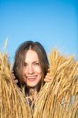Felice giovane donna nel campo di grano — Foto Stock