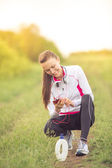 Beautiful fit girl using her mobile phone — ストック写真