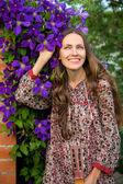 Mujer joven en el jardín de verano — Foto de Stock