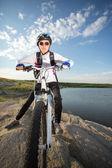 Junge radfahrer auf fahrrad — Stockfoto