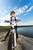 Mulher de esporte do ciclista na bicicleta — Fotografia Stock