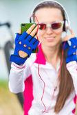 Gelukkige vrouw fietser met behulp van mobiele telefoon — Stockfoto