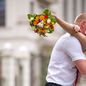 Newlywed couple kisses — Stock Photo