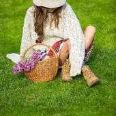 バスケットを持つ若い女 — ストック写真