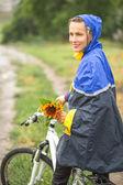 Chica en moto disfrutar de su caballo en día lluvioso otoño — Foto de Stock