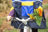 Chica en moto en día lluvioso otoño — Foto de Stock