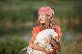 Piękna dziewczyna gospodarstwa gęś — Zdjęcie stockowe